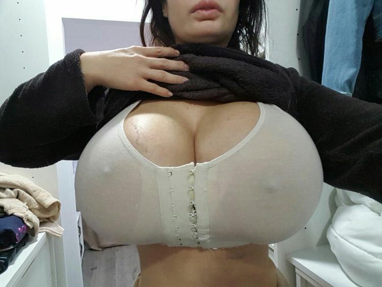 Bimbo aux enormes seins refaits 1