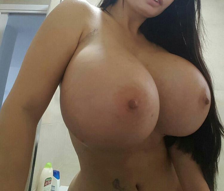 Bimbo aux enormes seins refaits 4
