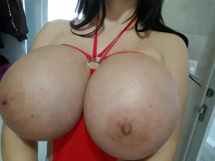 Bimbo aux enormes seins refaits 5