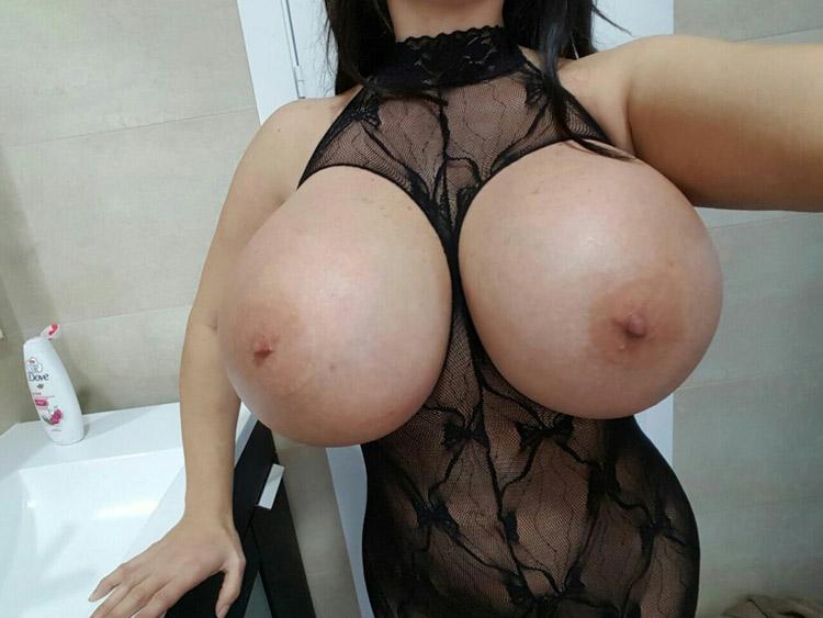 Bimbo aux enormes seins refaits 6