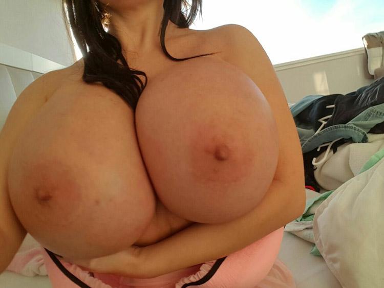 Bimbo aux enormes seins refaits 8