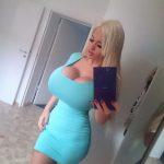 Poupée blonde ukrainienne aux seins énormes