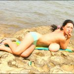 Anya Zenkova sexy Topless à la plage