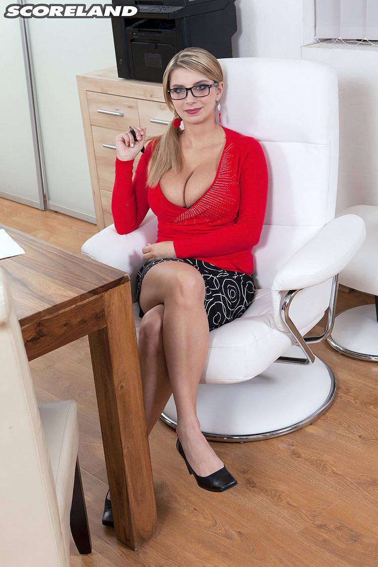 Katrina Dubrova secrétaire gros nichons Scoreland 1