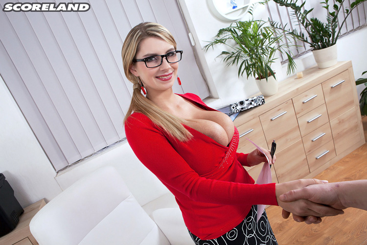 Katrina Dubrova secrétaire gros nichons Scoreland 2