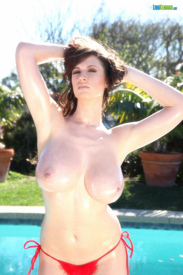 Lana Kendrick nude bikini rouge 13