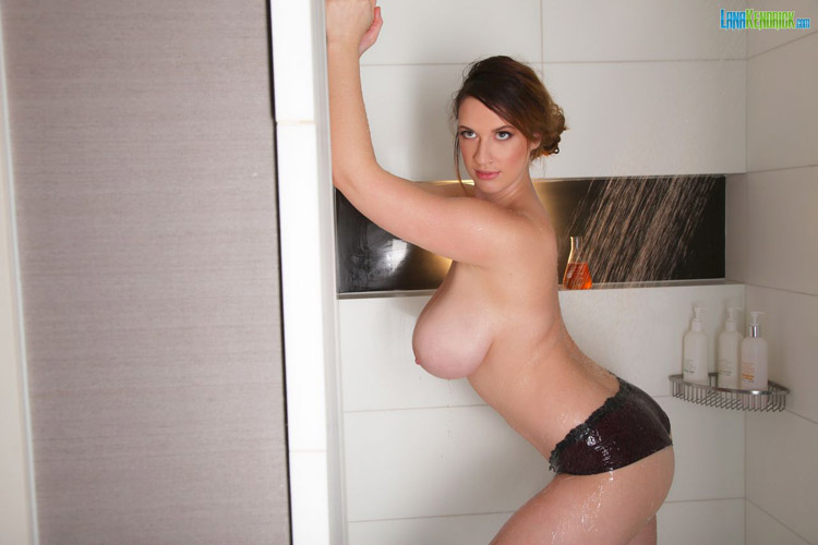 Lana Kendrick Douche sexy Pinup Files 6