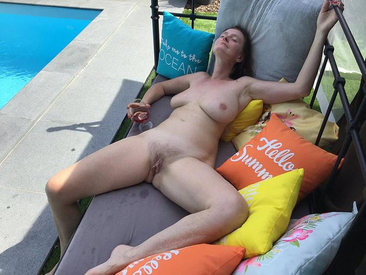 Carole mature libertine qui se branle bourrée 7