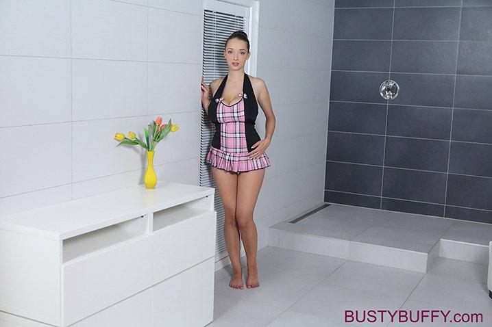 Lucie Wilde nude salle de bain 1
